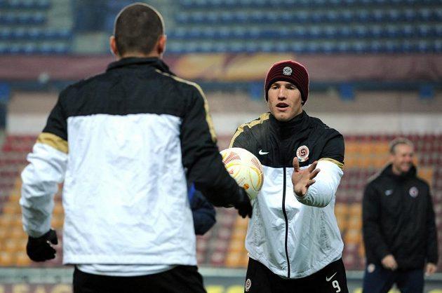 Útočník Sparty Bekim Balaj (druhý zleva) na středečním tréninku před utkáním s Chelsea.