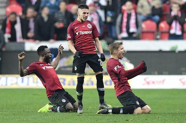 Hráči Sparty se radují z vyrovnávacího gólu na 1:1, který vstřelil Srdjan Plavšić (uprostřed).