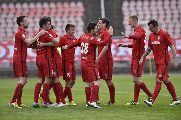 Fotbalisté Brna se radují z vítězství nad Příbramí.