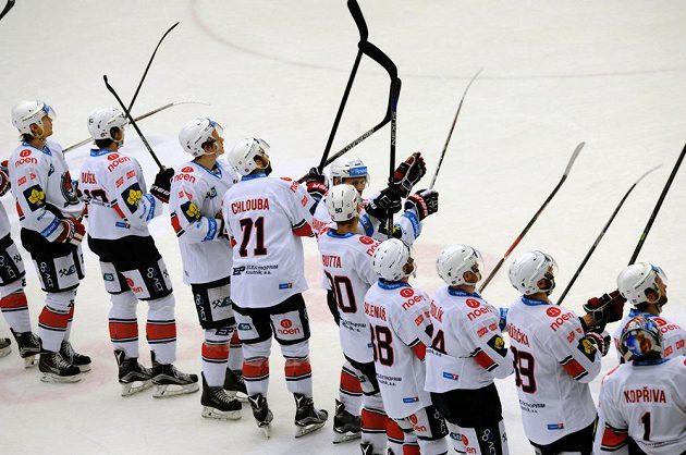 Hokejisté Chomutova zdraví fanoušky po vítězství nad Spartou.