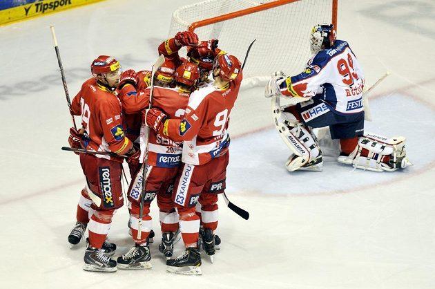 Hráči Slavie oslavují druhou branku v utkání s Pardubicemi