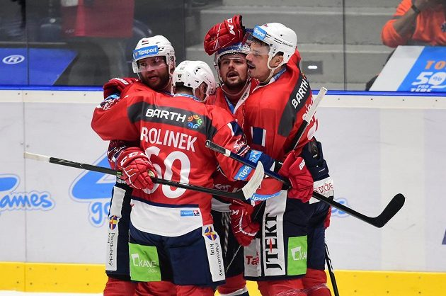 Hráči Pardubic se radují z gólu. Zleva Marek Trončinský, Tomáš Rolinek, autor branky Rostislav Marosz a Petr Sýkora.