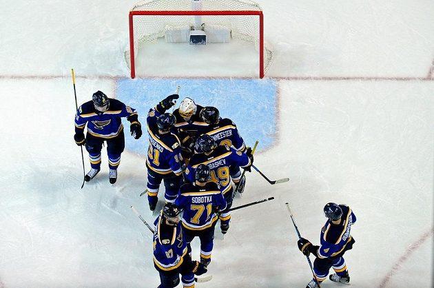 Hráči St. Louis Blues s gólmanem Jakem Allenen oslavují vítězství proti Nashvillu.
