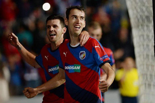 Tomáš Hořava z Plzně (vpravo) se raduje se spoluhráčem Michalem Ďurišem z gólu.