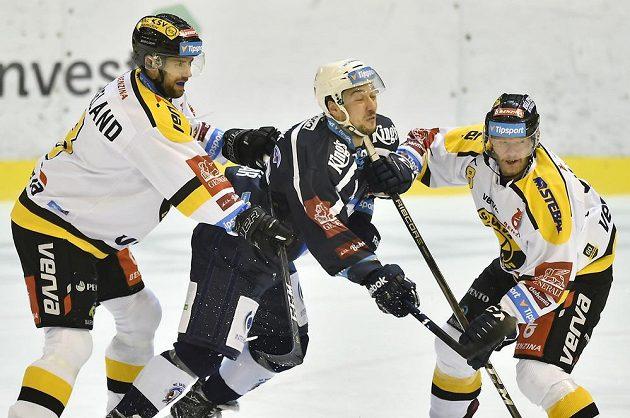Litvínovští hokejisté si Jana Kováře pečlivě hleděli, jako v tomto případě Mathias Porseland (vlevo) a Jan Kloz.
