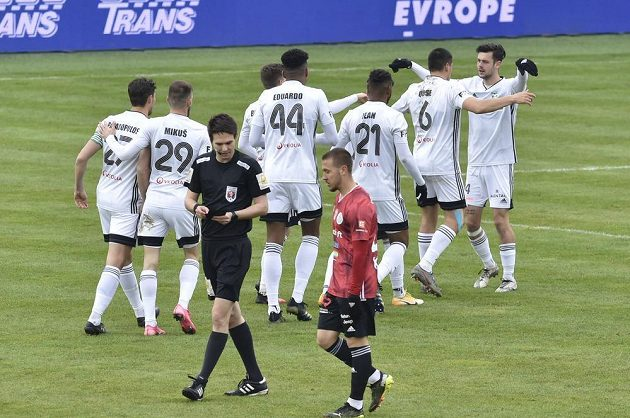 Fotbalisté Karviné se radují z branky