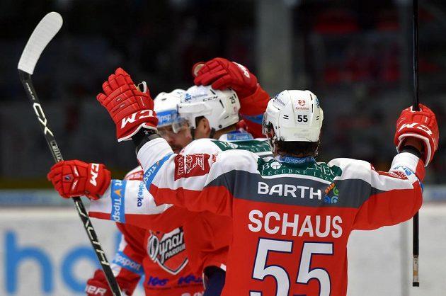 Hokejisté Pardubic jásají po jedné brance do sítě Karlových Varů.