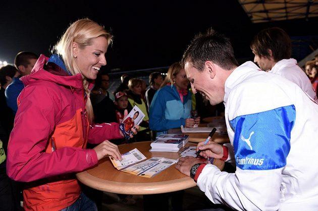 Beachvolejbalistka Markéta Sluková a Vladimír Darida během autogramiády české fotbalové reprezentace před přátelským utkáním s USA.