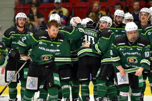 Karlovarští hokejisté se radují z návratu do extraligy.