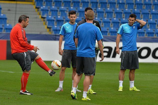 Fotbalisté Plzně se chystají na duel s Minskem. Vlevo je bývalý kapitán týmu a nynější asistent trenéra Pavel Horváth.