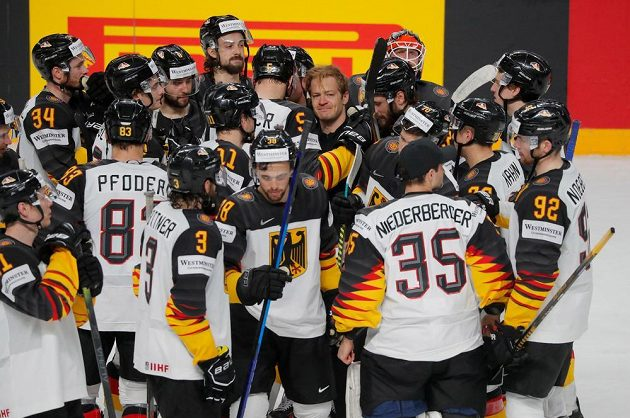 Smutní němečtí hokejisté po porážce v zápase o bronz.