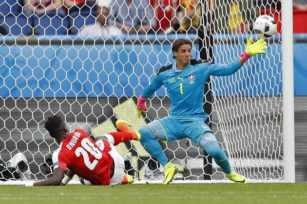 Švýcarský brankář Yann Sommer zasahuje v utkání s Rumunskem.