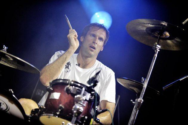 Hra na bubny vyžaduje pekelné soustředění - jakmile vypadnete z rytmu, rozhodíte celou kapelu.