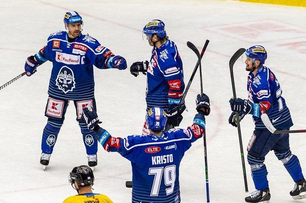 Hráči Kladna se radují z druhého gólu, zleva Tomáš Plekanec, Jaromír Jágr, Danny Kristo a Nicolas Hlava.