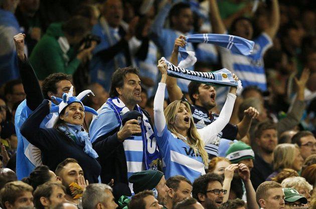 Fanoušci Argentiny povzbuzují svůj tým na MS v utkání proti ragbistům Irska.