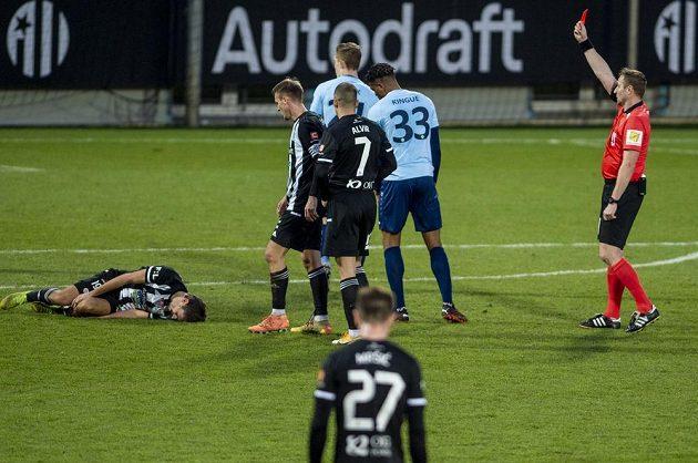 Olivier Kingue (číslo 33) z Příbrami dostává červenou kartu od rozhodčího Milana Matějčka. Na trávníku leží faulovaný Patrik Brandner z Českých Budějovic.