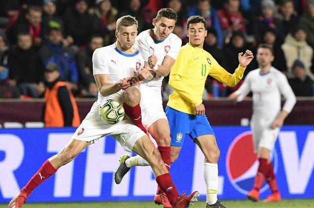 Zleva čeští hráči Tomáš Souček a David Pavelka a Brazilec Philippe Coutinho.