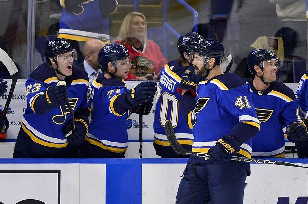 Češi v roli gratulantů. Dmitrij Jaškin (23) a Vladimír Sobotka (71) se radují s obráncem St. Louis Robertem Bortuzzem z jeho trefy v utkání s Chicagem v NHL. Nakonec však tým Blues zápas prohrál.
