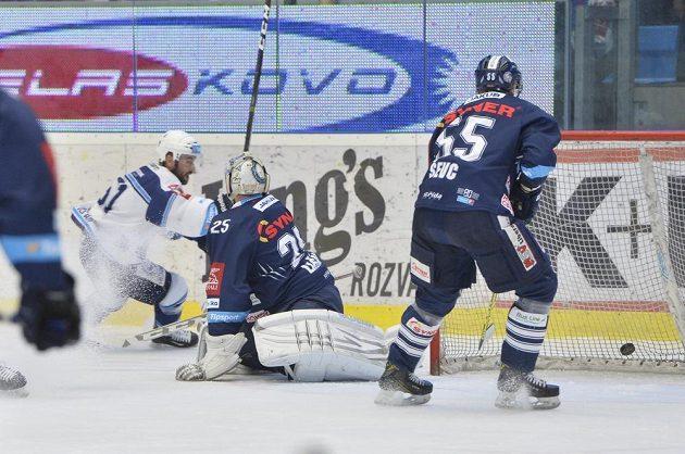 Lukáš Pulpán (vlevo) dává druhý gól Plzně brankáři Liberce Jánu Lašákovi. Vpravo je Martin Ševc z Liberce.