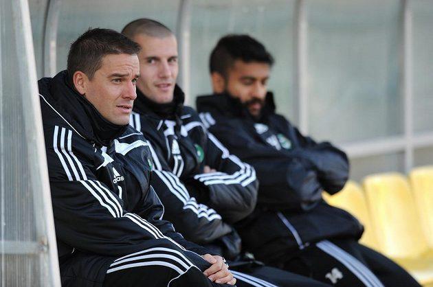 Útočník Příbrami Petr Švancara na střídačce náhradníků během utkání s Olomoucí.
