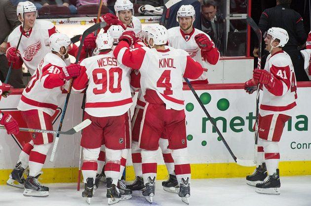 Z vítězného gólu Gustava Nyquista se raduje i obránce Red Wings Jakub Kindl (č. 4).