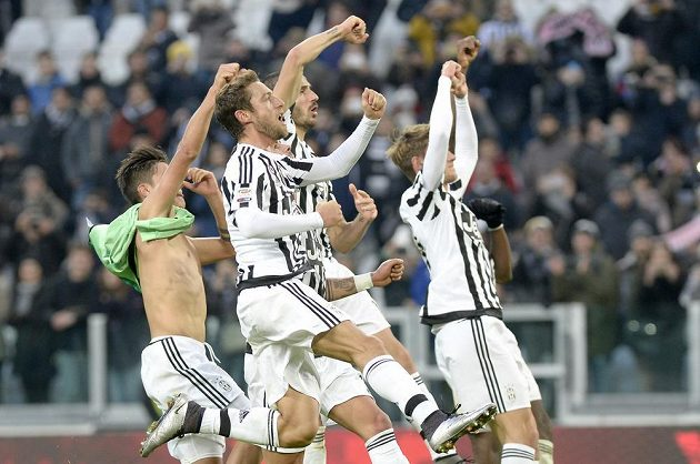 Fotbalisté Juventusu slaví vítězství nad Hellasem Verona.