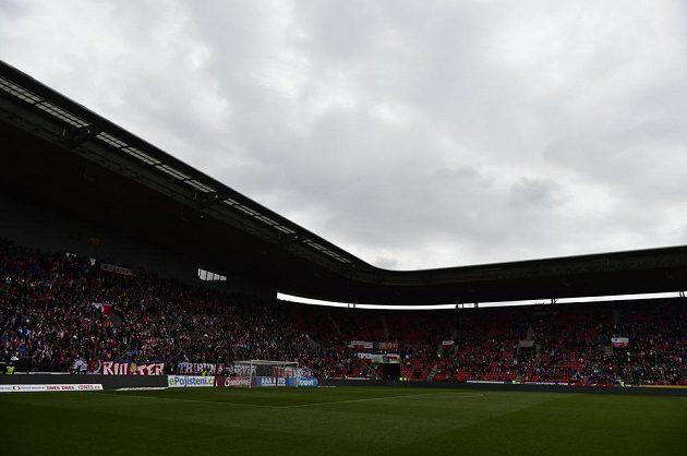 Stadión v Edenu se ponořil do tmy, zápas Slavie s Jihlavou dosud nezačal.