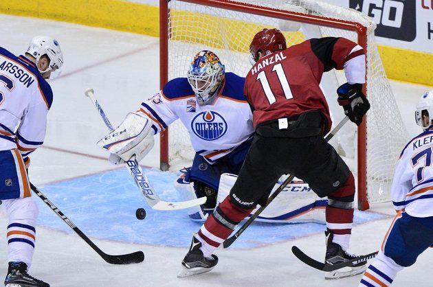 Český útočník Martin Hanzal před brankou Edmontonu.