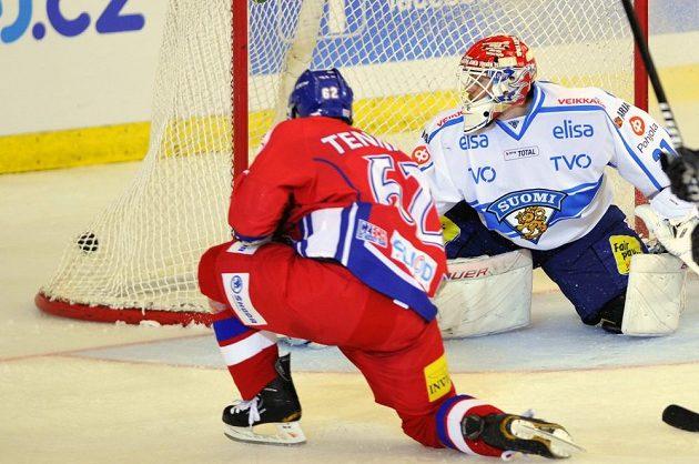 Český hokejový útočník Petr Tenkrát (vlevo) střílí druhý gól českého týmu v utkání proti Finsku.