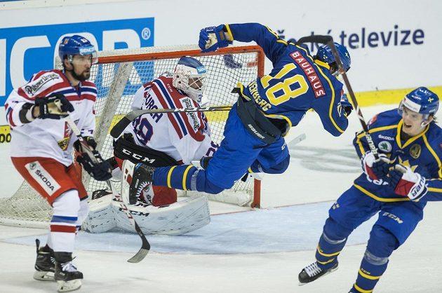 Akrobatické číslo Švéda Dennise Everberga před brankářem Dominikem Furchem.