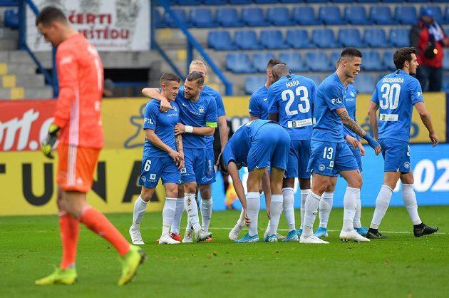 Hráči Liberce se radují z gólu v brance Zlína.