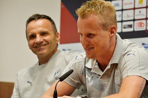 Zleva plzeňský trenér Karel Krejčí a kapitán mužstva David Limberský na tiskové konferenci před úvodním duelem play off Evropské ligy s Vojvodinou.