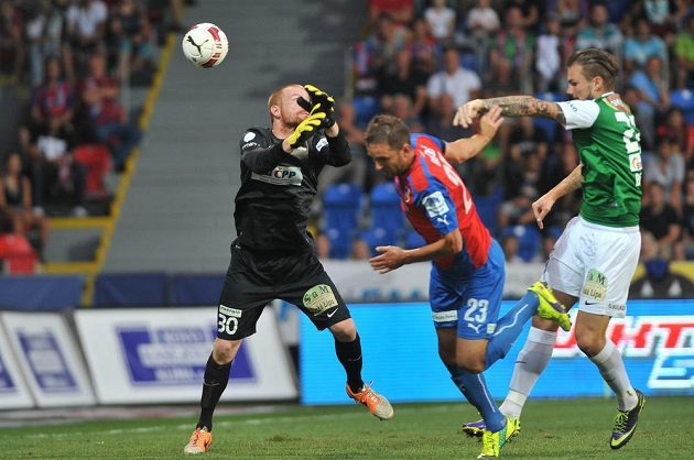 Jablonecký brankář Vlastimil Hrubý si sráží míč do vlastní sítě. Uprostřed je plzeňský útočník Marek Bakoš, vpravo stoper severočeského týmu Vít Beneš.