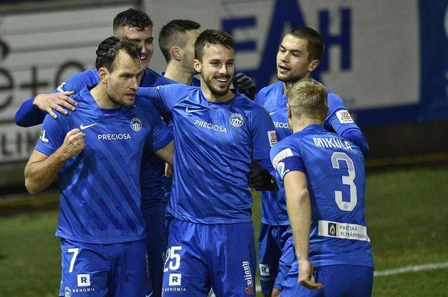 Hráči Liberce se radují z gólu. V popředí (zleva) autor branky Michael Rabušic a Jakub Hromada.