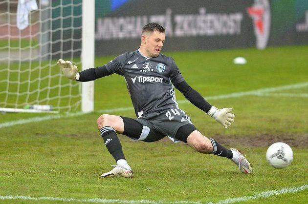 Brankář Olomouce Aleš Mandous zasahuje v utkání proti Jablonci.