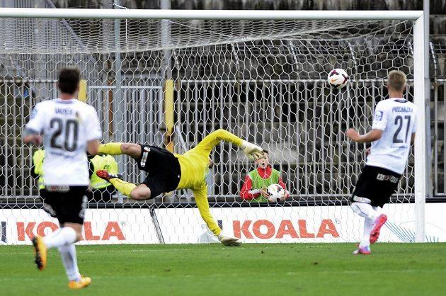 Plzeňský brankář Matúš Kozáčik inkasuje v Brně druhý gól z kopačky Milana Lutonského (není na snímku).