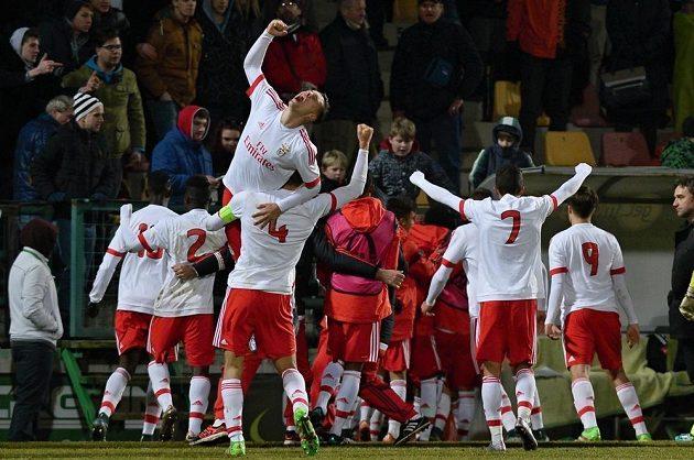 Fotbalisté Benfiky se radují z vítězství nad Přímbramí v osmifinále Ligy mistrů juniorů.