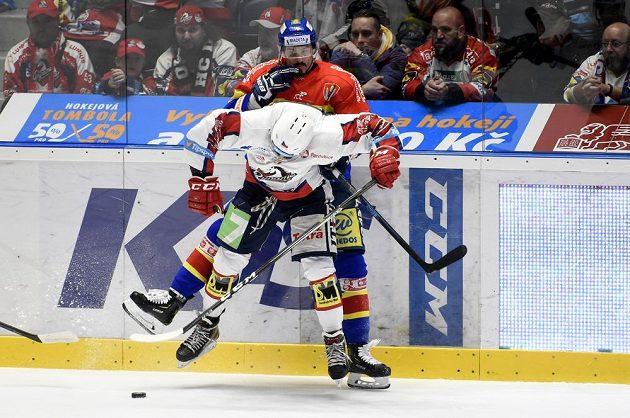 V popředí Rostislav Marosz z Pardubic, vzadu Žiga Pavlin z Českých Budějovic během utkání baráže o hokejovou extraligu.