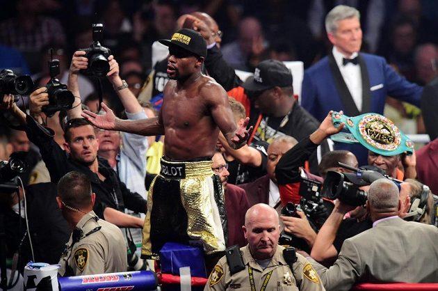 Floyd Mayweather oslavuje vítězství.