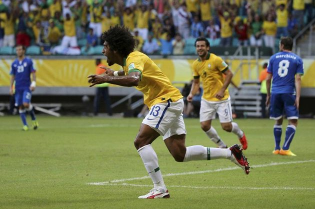 Brazilec Dante se raduje ze svého gólu proti Itálii.