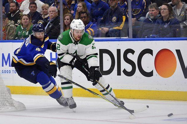 Český útočník Radek Faksa z Dallasu (vpředu) se snaží prosadit v souboji s Carlem Gunnarssonem ze St. Louis v pátém utkání 2. kola play off NHL.