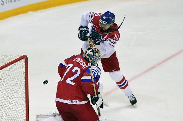 Roman Červenka se snaží překonat ruského brankáře Sergeje Bobrovského.