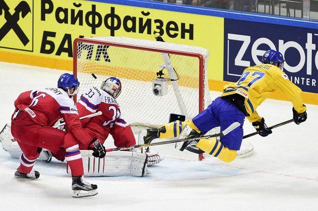 Martin Lundberg dává druhý gól českému brankáři Pavlu Francouzovi, vlevo je Michal Kempný.