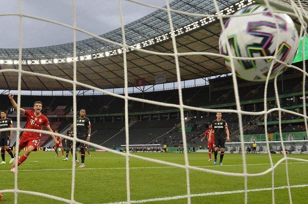 Útočník Bayernu Mnichov Thomas Müller se raduje poté, co ve finále Německého poháru uspěl mistrovský tým proti Leverkusenu.