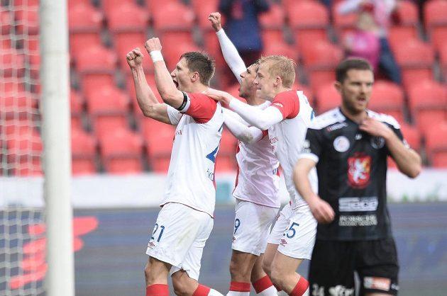 Zleva Milan Škoda, Ruslan Mingazov a Michal Frydrych slaví druhý zásah Slavie proti Hradci Králové.