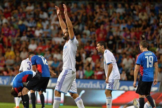 Krátce po hvizdu. Hráči Maccabi se radují, Plzeňané smutní.