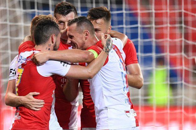 Fotbalisté Slavie se radují z gólu proti Plzni v duelu skupiny o titul.