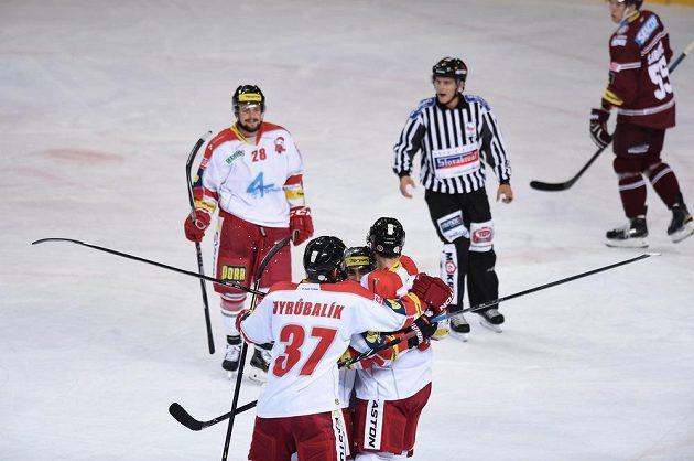 Hokejisté Olomouce slaví gól na ledě Sparty.