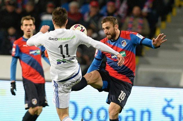 Plzeňský útočník Jan Holenda (vpravo) se snaží vybojovat míč v souboji s Ondřejem Kúdelou z Mladé Boleslavi.