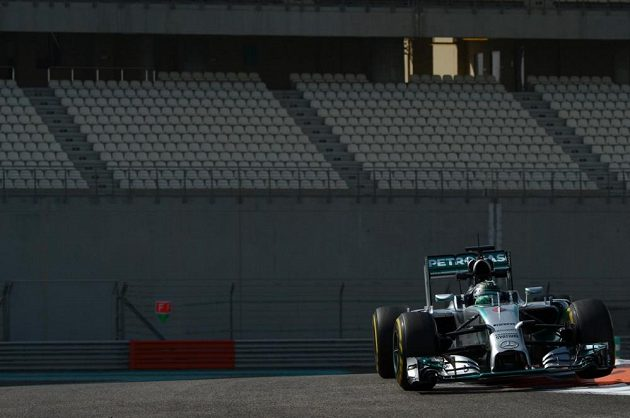 Nico Rosberg s vozem Mercedese při posezónních testech v Abú Zabí.